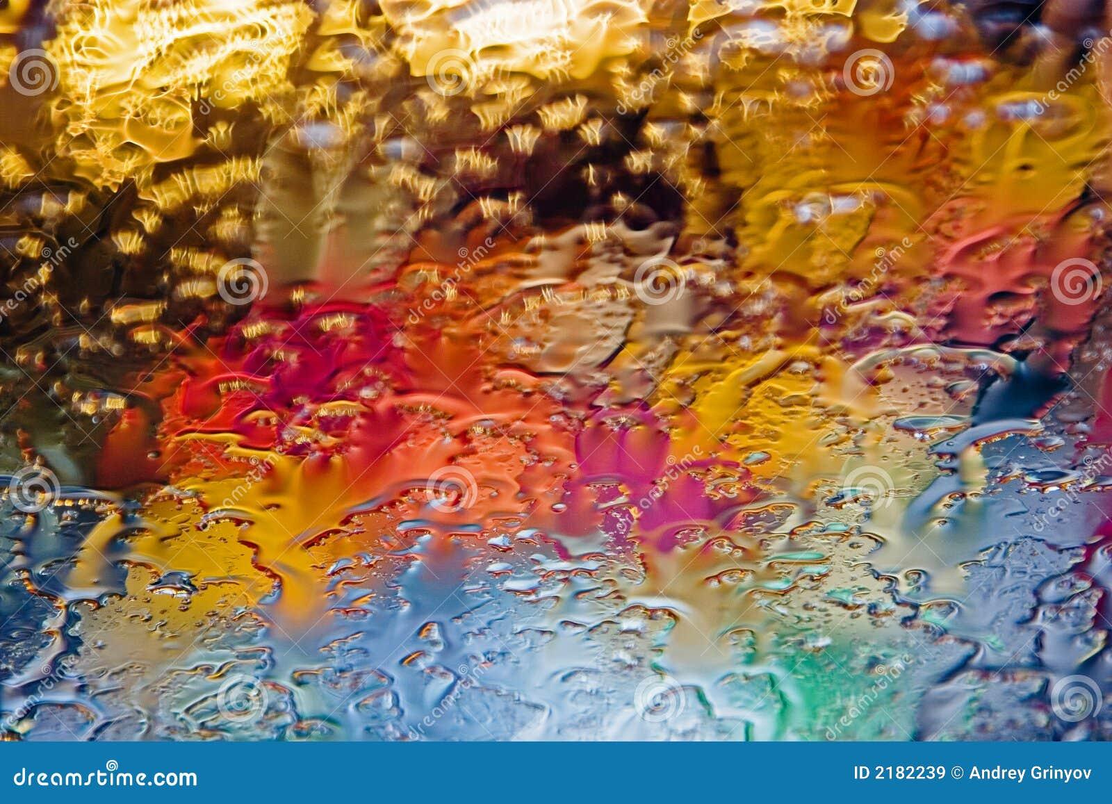 Gotas coloreadas sobre el vidrio