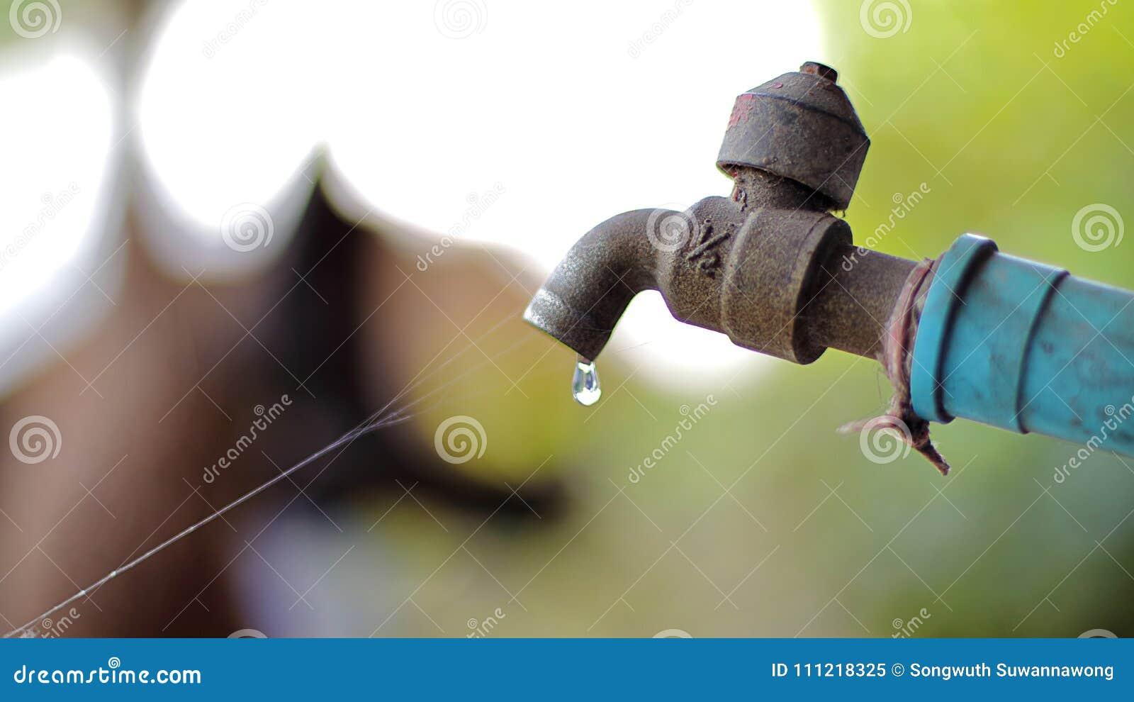 Gotas da água do torneira velho