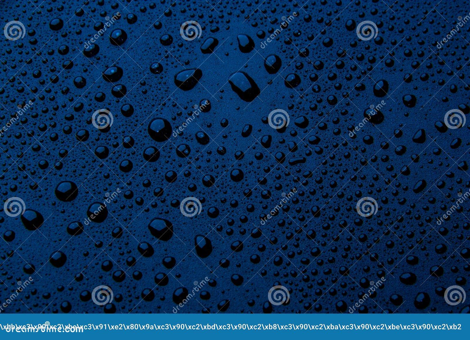 Gotas da água em um fundo da cor azul