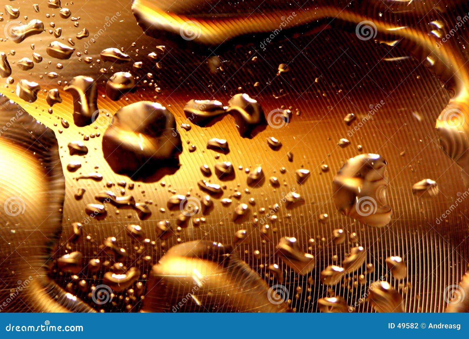 Gotas da água - ouro profundo