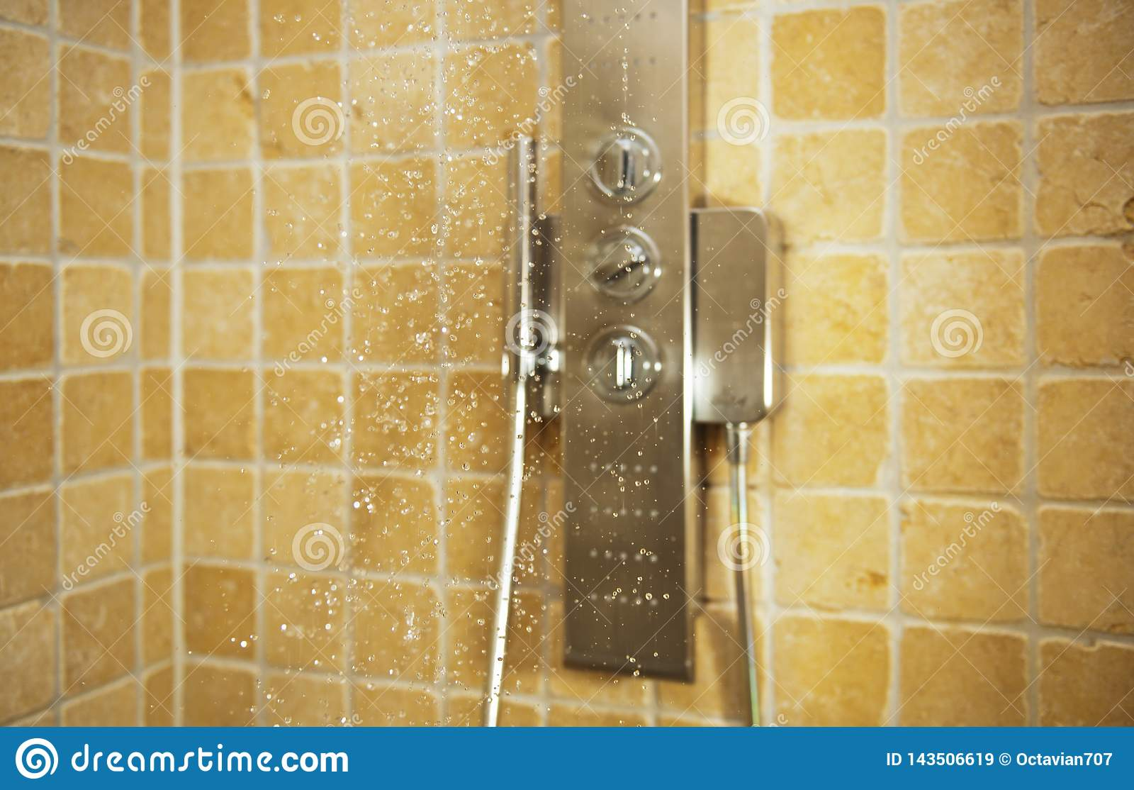 Gotas da água que caem do chuveiro