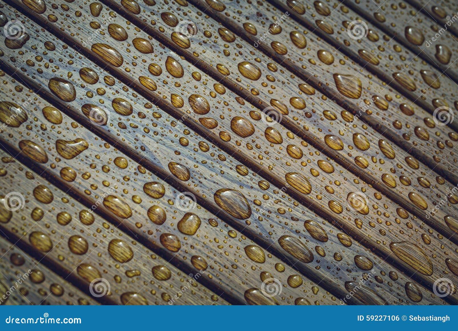 Gotas de agua en la madera
