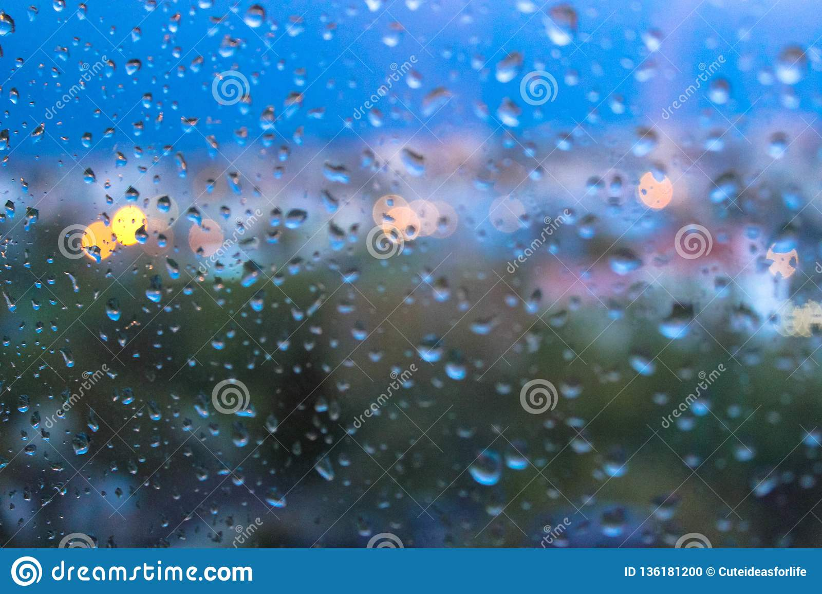 Gotas de agua en superficie de los vidrios de la ventana