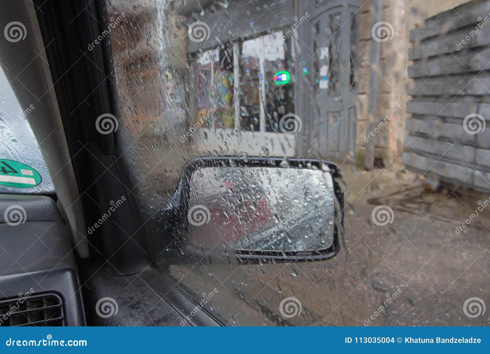 Gotas de la lluvia en el fondo de cristal Luces de Bokeh de la calle desenfocado