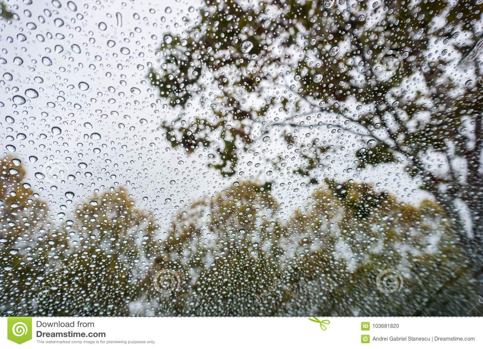 Gotas De La Lluvia En El Parabrisas; El Cielo Nublado Y El Otoño ...