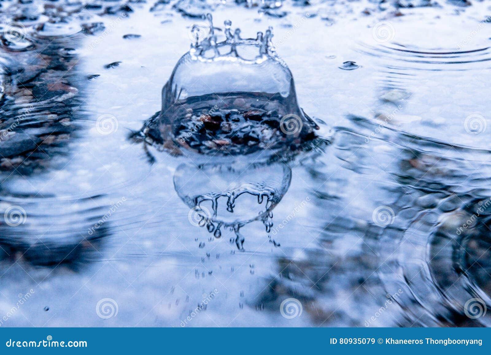 Gotas de lluvia en la superficie del agua