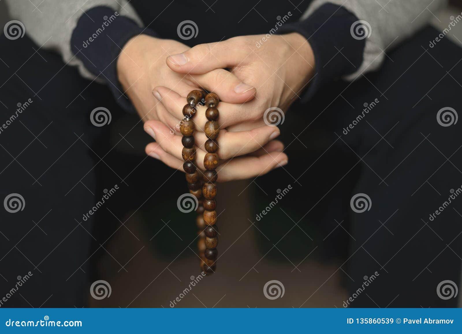 Gotas de rezo para la meditación en las manos de los hombres Paz, conciencia y mindfulness