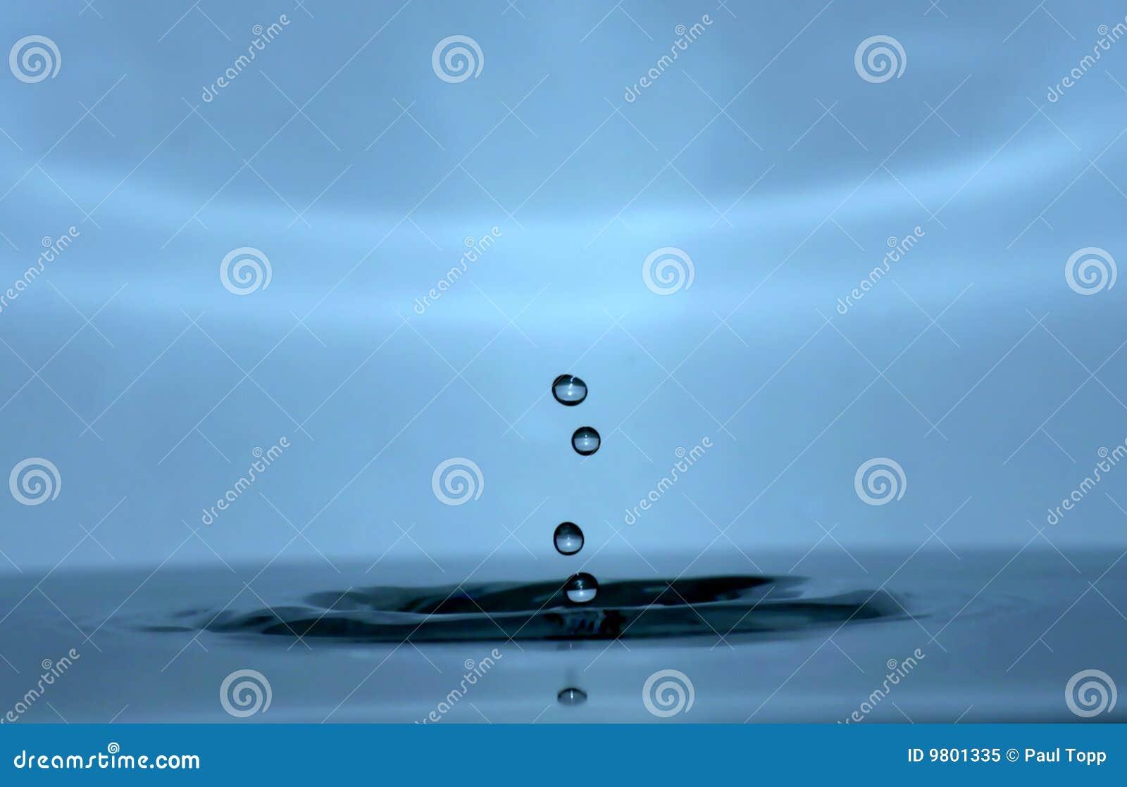 Gotas del agua del goteo