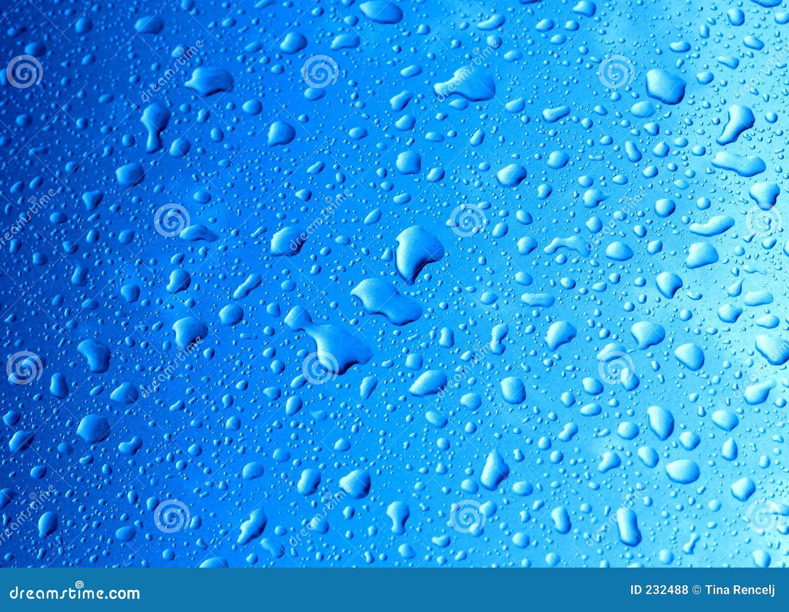 Gotas del agua en el coche