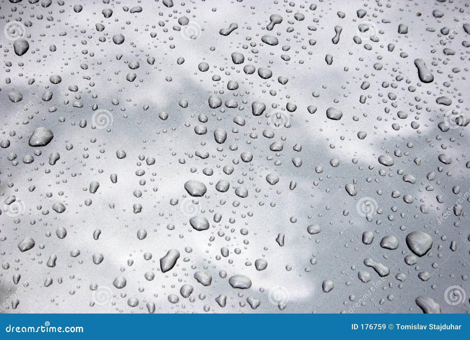 Gotas del agua en el metal
