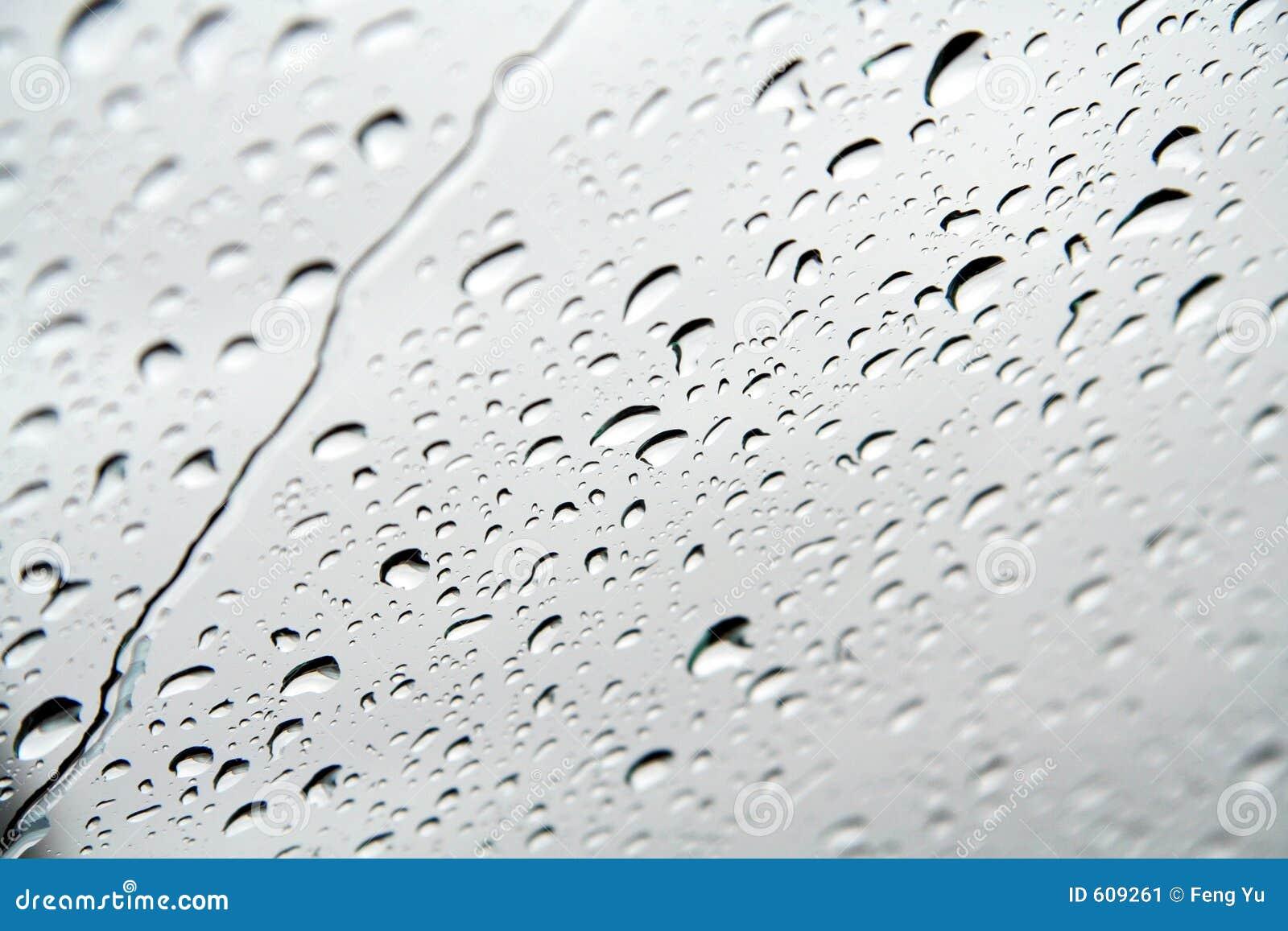 Gotas del agua en un cristal de ventana