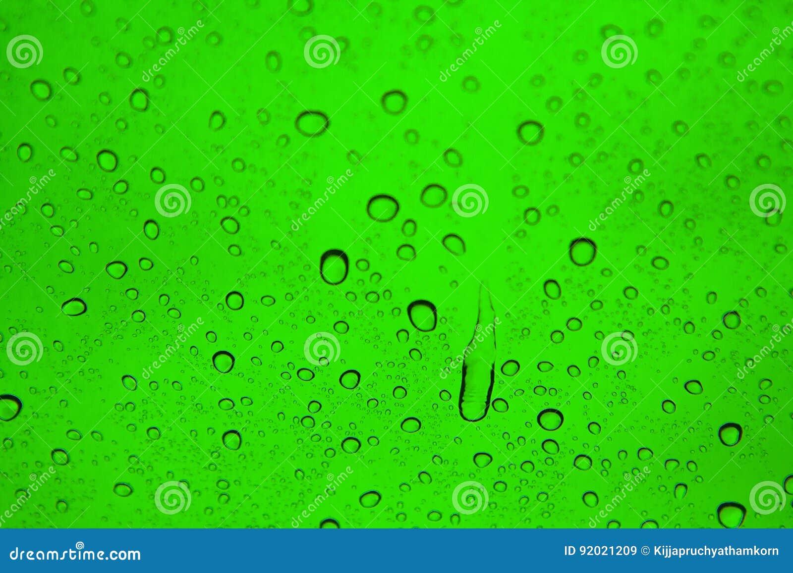 Gotas del agua sobre el vidrio