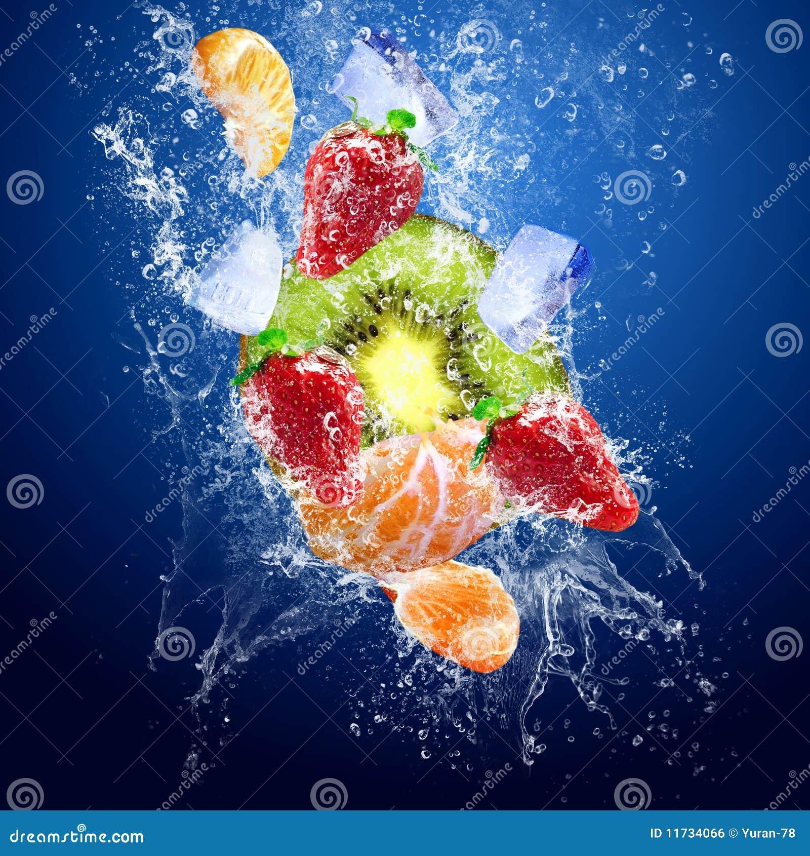 Gotas em torno das frutas sob a água