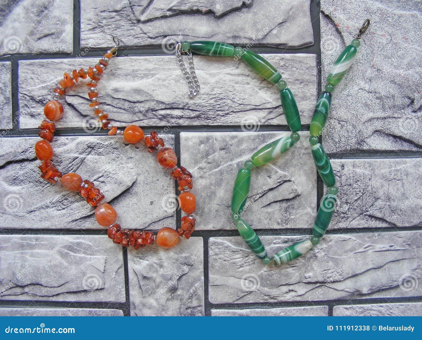Gotas y collares hechos de la ágata y del ámbar de piedra naturales