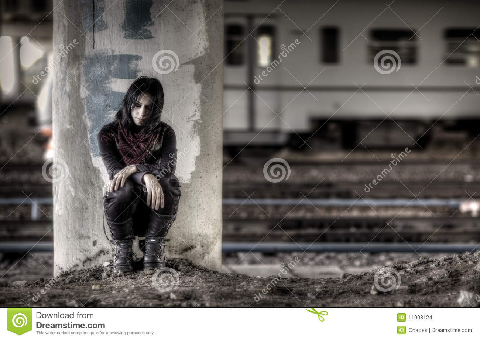 Goth Frau an der Spalte