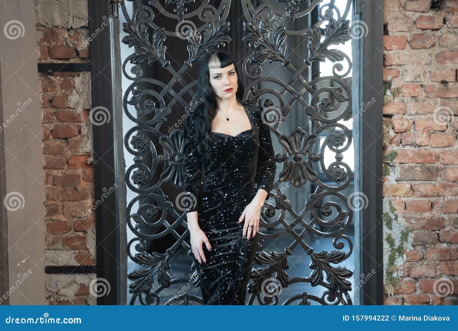Gothic Slim Kaukasier Madchen In Einem Schwarz Dichten Kleid Posiert In Ihrem Zimmer Stockfoto Bild Von Haar Hintergrund 157994222