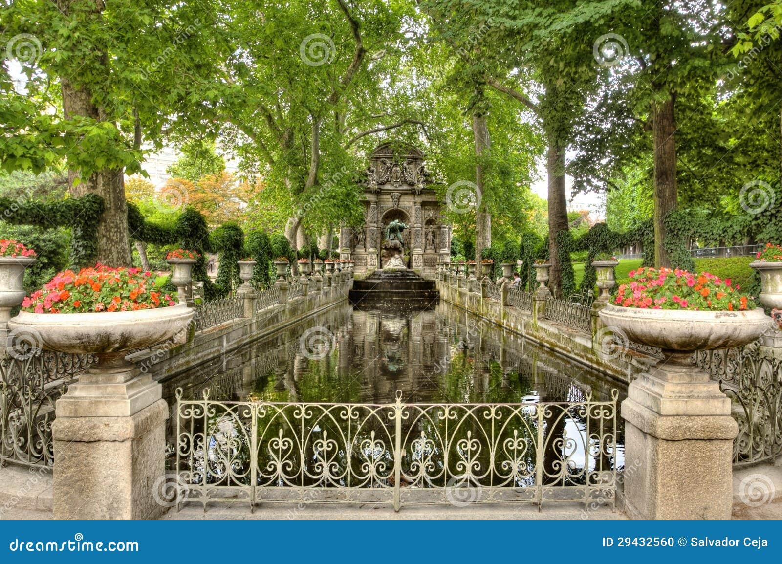 Gotischer Steingarten Und Teich Stockfoto Bild Von Klasse Hoch