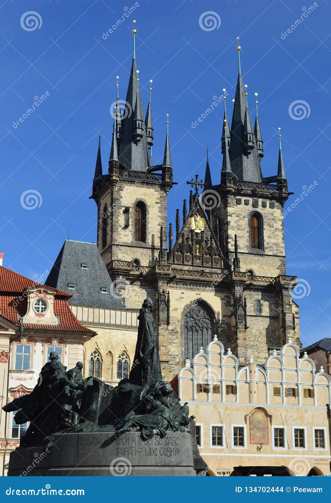 Gotisk kyrka av vår dam för TÃ-½ n och Jan Hus Memorial Prague