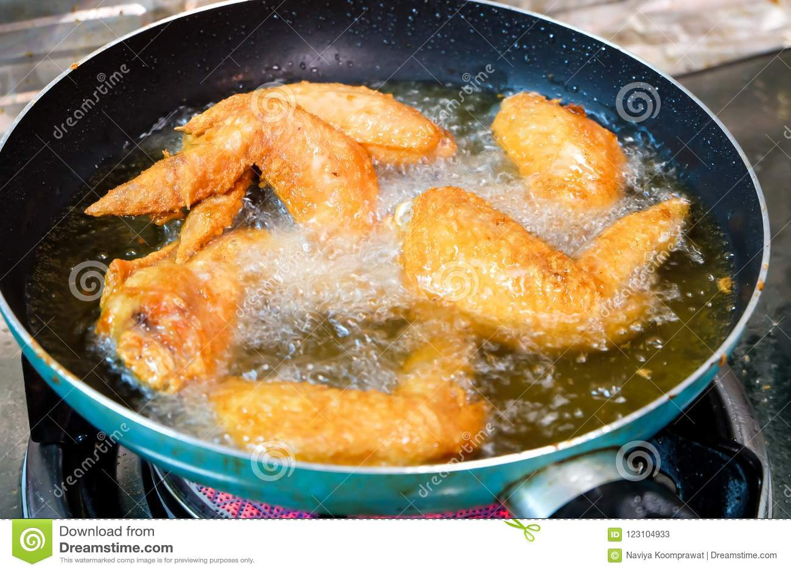 Gotować głęboko smażących crispy kurczaków skrzydła z rybim kumberlandem