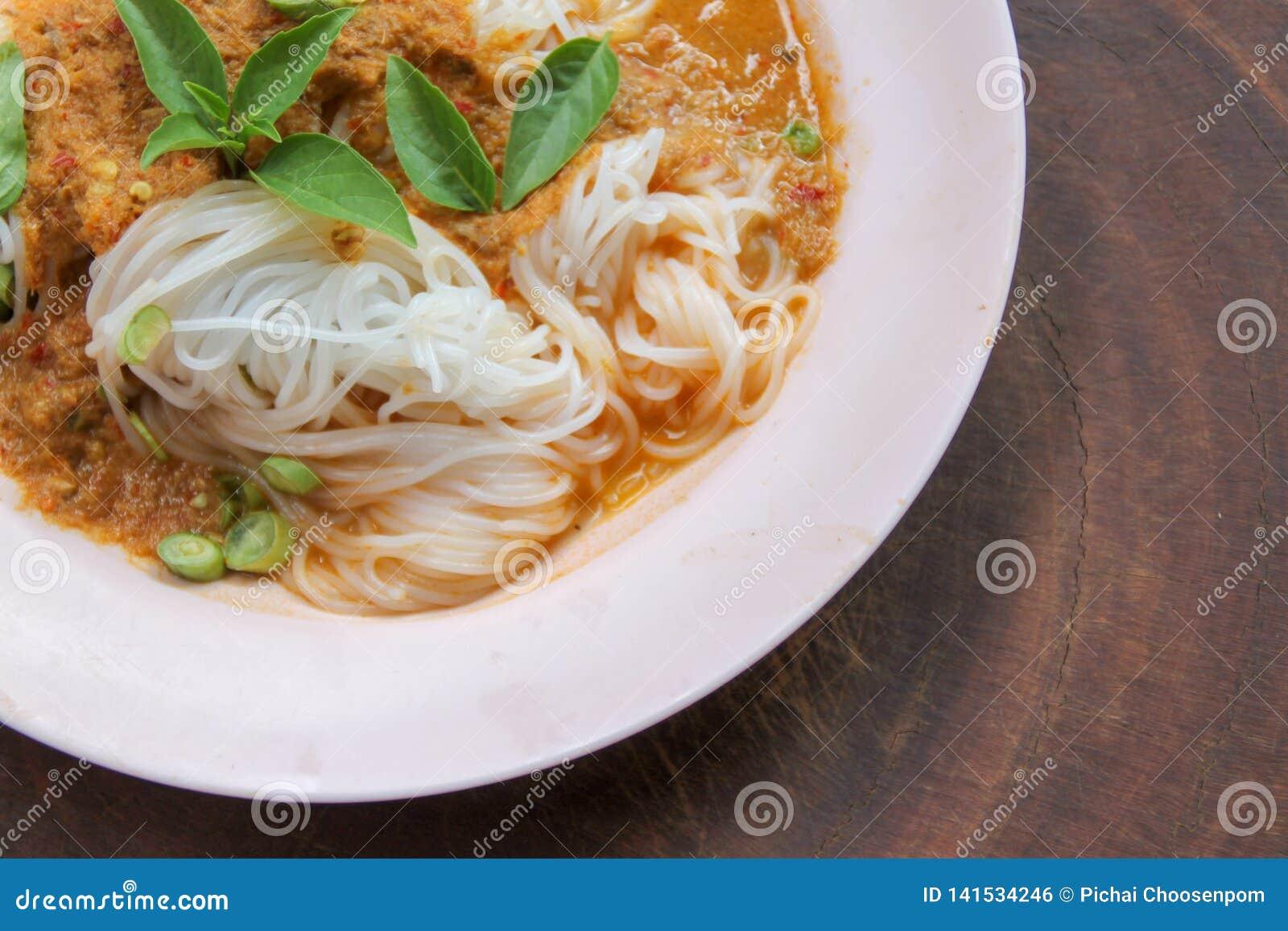 Gotowani Tajlandzcy ryżowi wermiszel, zazwyczaj jedzący z currymi i warzywem