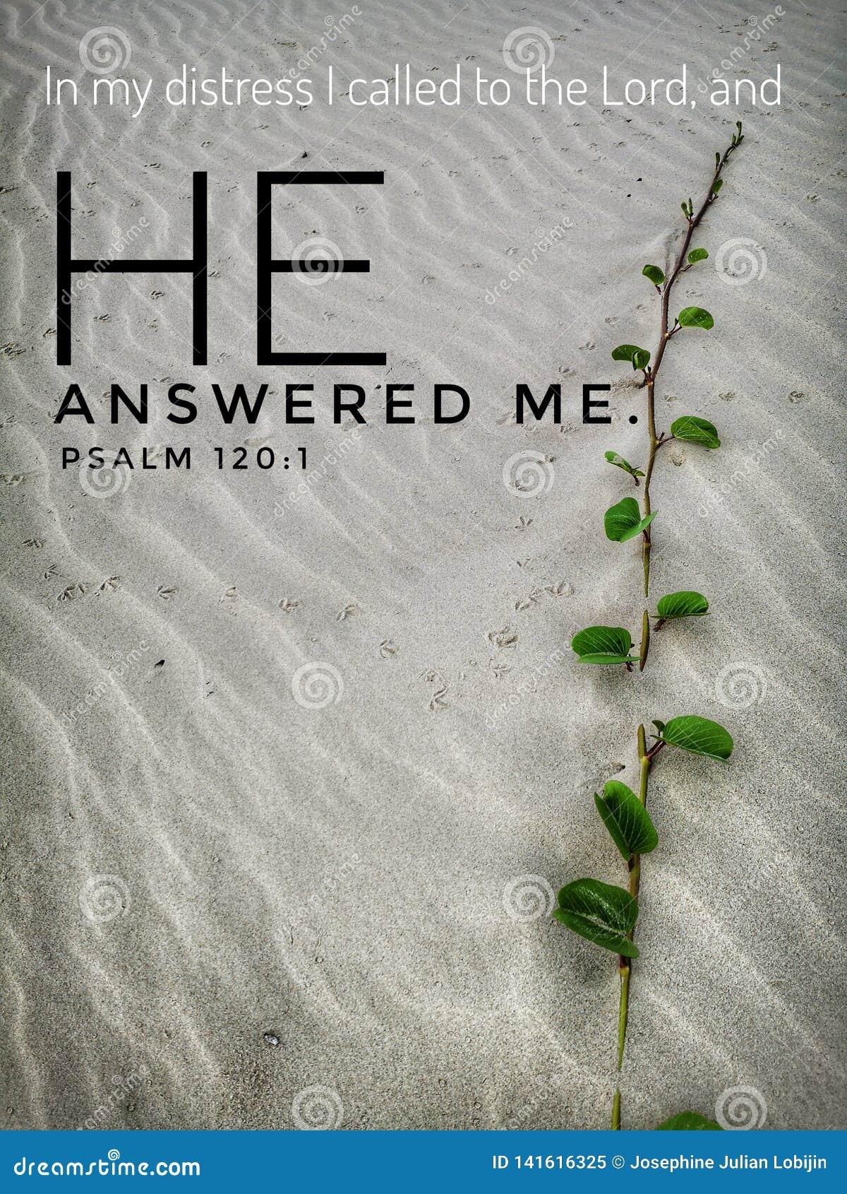 Gott beantwortete mich mit Bibelversentwurf für Christentum mit Hintergrund des sandigen Strandes