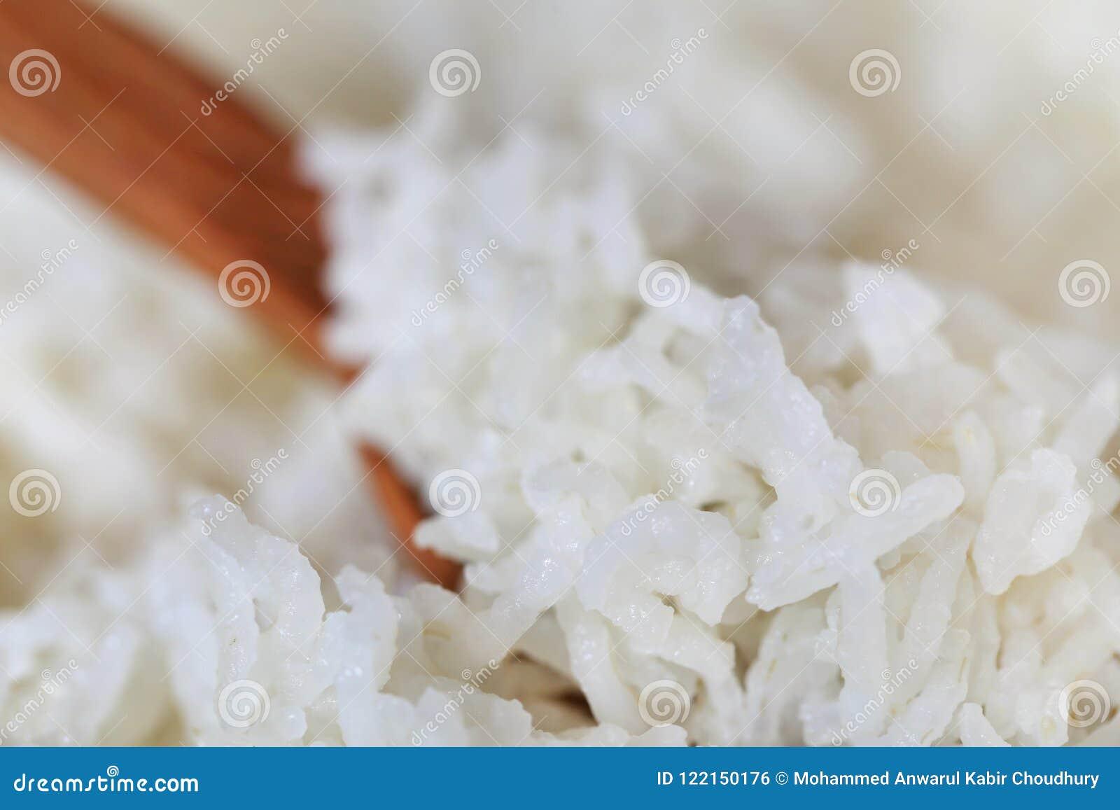 Gotujący świeżo ryż