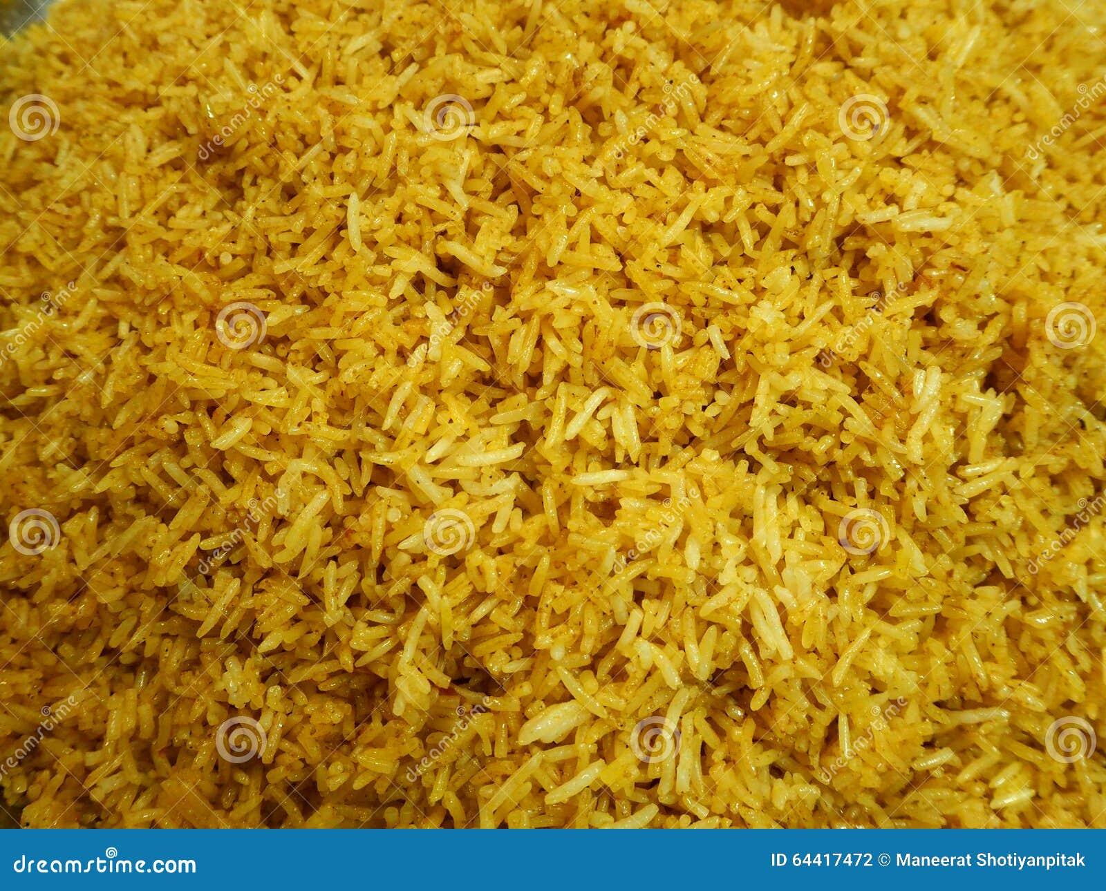 Gotujący żółci ryż