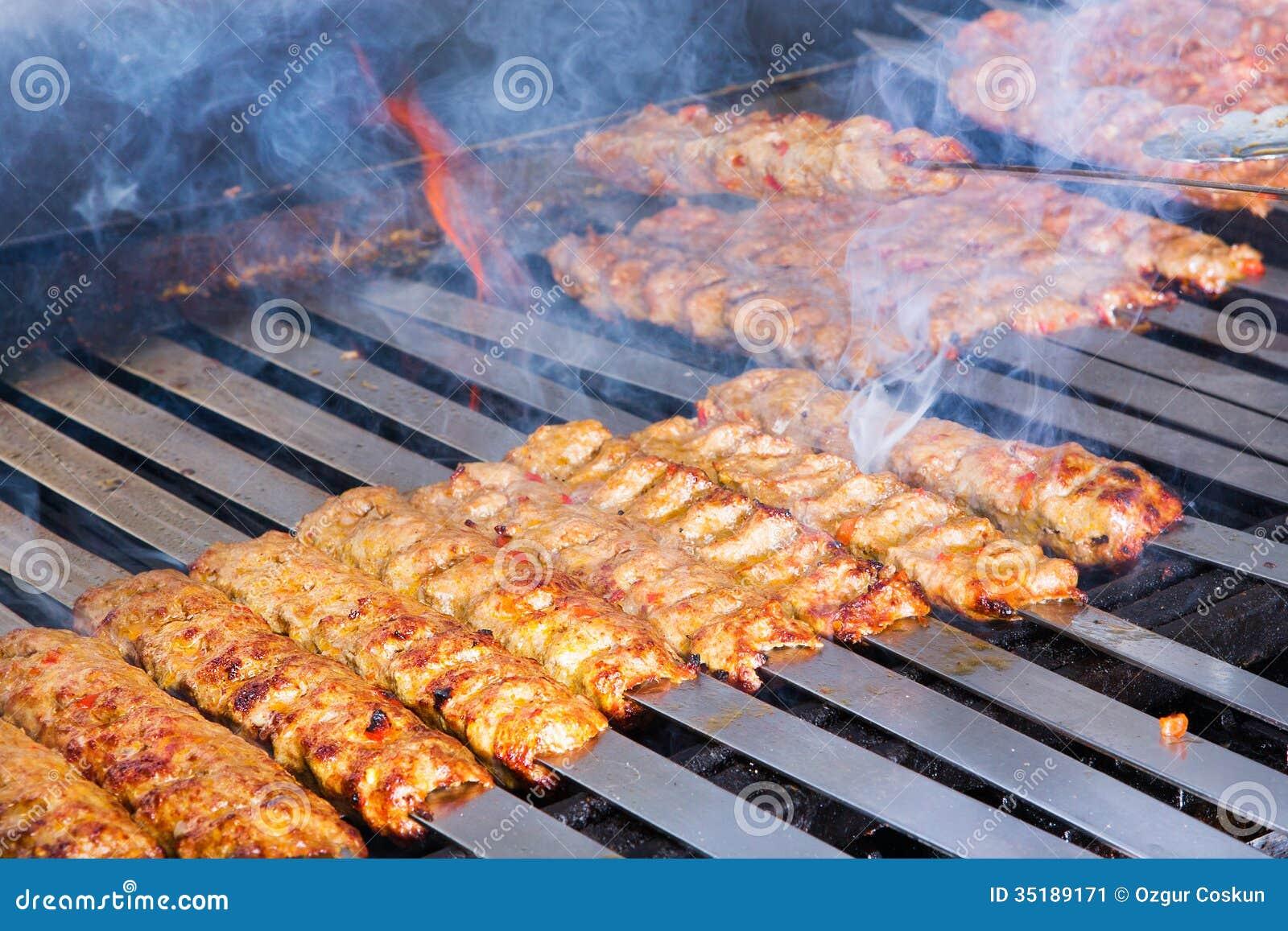 Gotujący Adana Jagnięcy Kebabs na Restauracyjnym Stylowym grillu