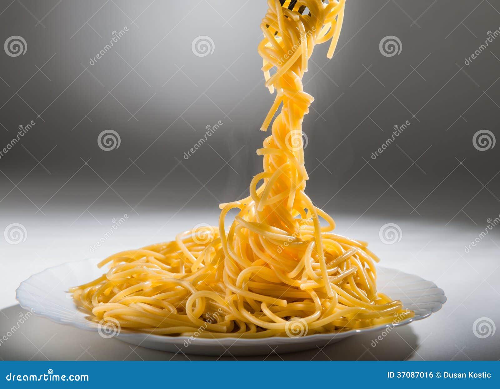 Download Gotujący spaghetti zdjęcie stock. Obraz złożonej z studio - 37087016
