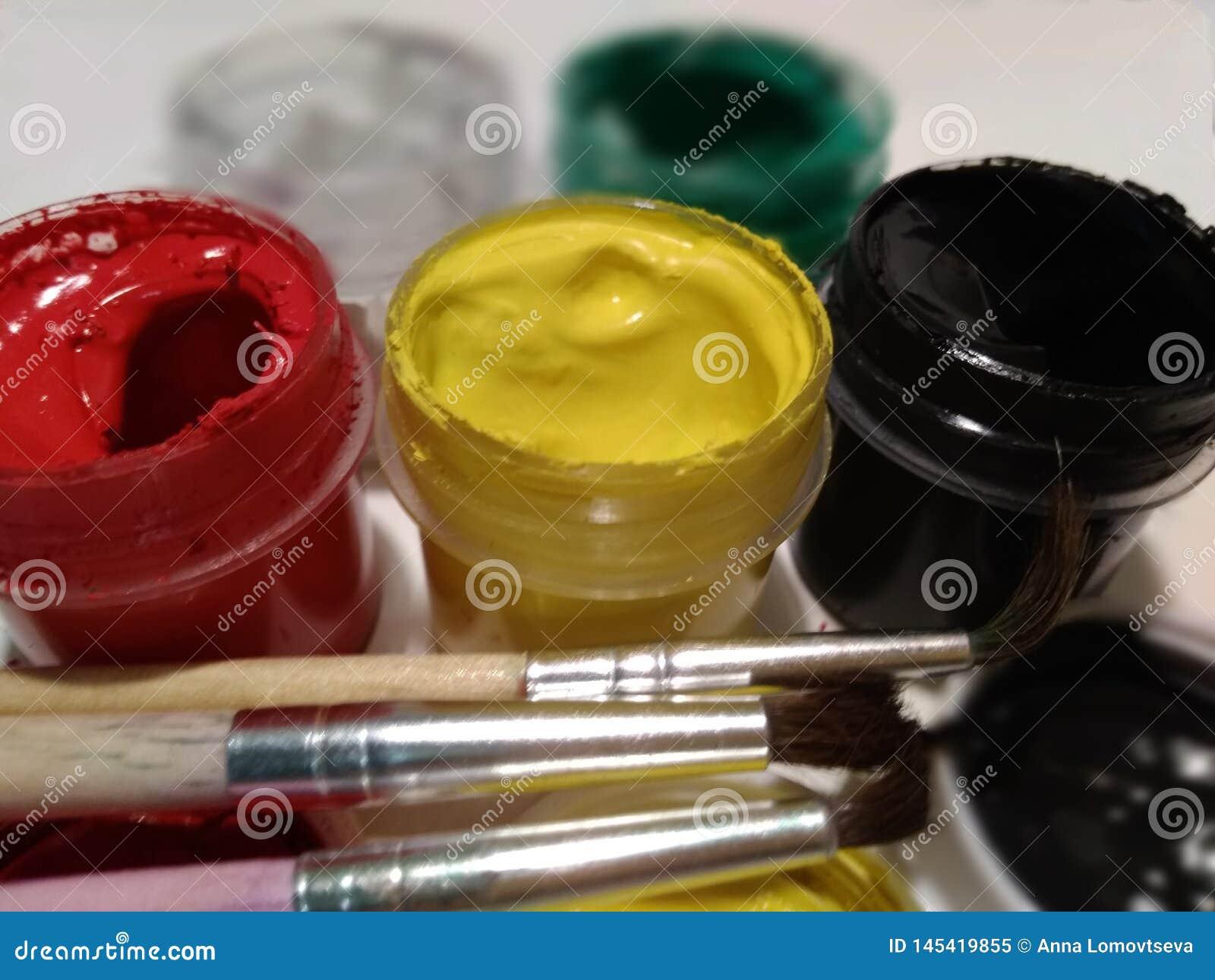 Gouachemålarfärger och målarfärgborstar