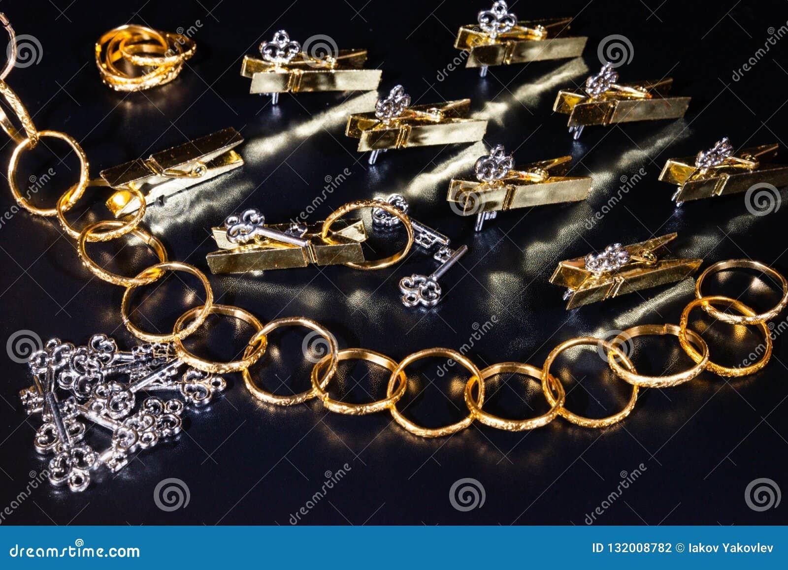 Gouden beeldjes, gouden ringen, zilveren sleutels, wasknijpers