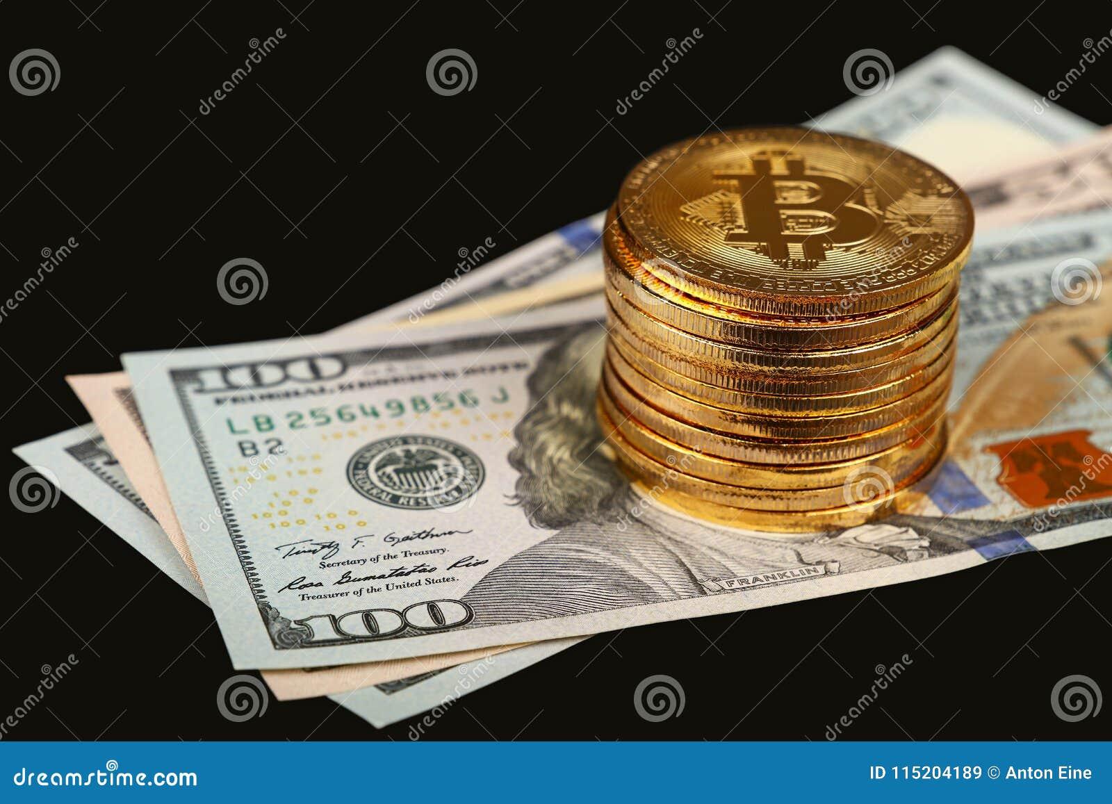 Gouden bitcoin fysieke muntstukken op document Amerikaanse dollars