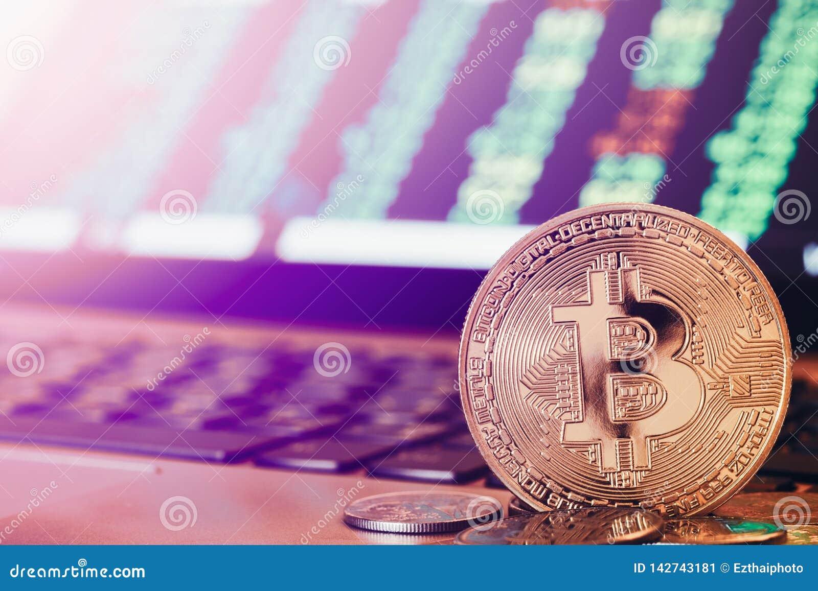 Gouden Bitcoin-muntstukken voor een groene stijgende cryptocurrencyvoorraad lijst van de handelgrafiek De voorraad van de Bitcoin