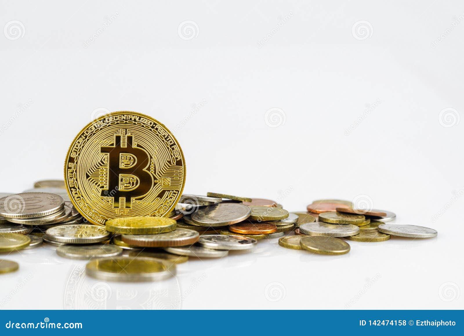 Gouden bitcoin over vele internationale die geldmuntstukken op witte achtergrond wordt geïsoleerd Crypto muntconcept Bitcoincrypt