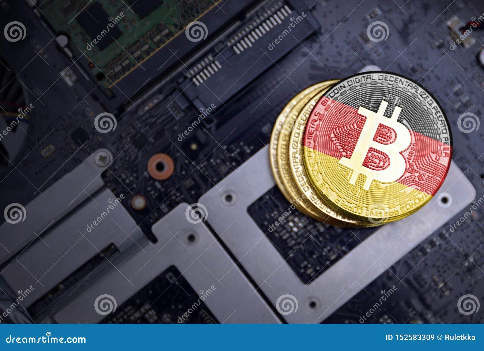 Gouden bitcoins met vlag van Duitsland op een raad van de computer elektronische kring Het concept van de Bitcoinmijnbouw