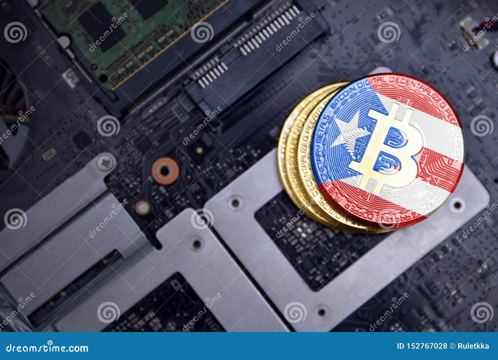 Gouden bitcoins met vlag van Puerto Rico op een raad van de computer elektronische kring Het concept van de Bitcoinmijnbouw