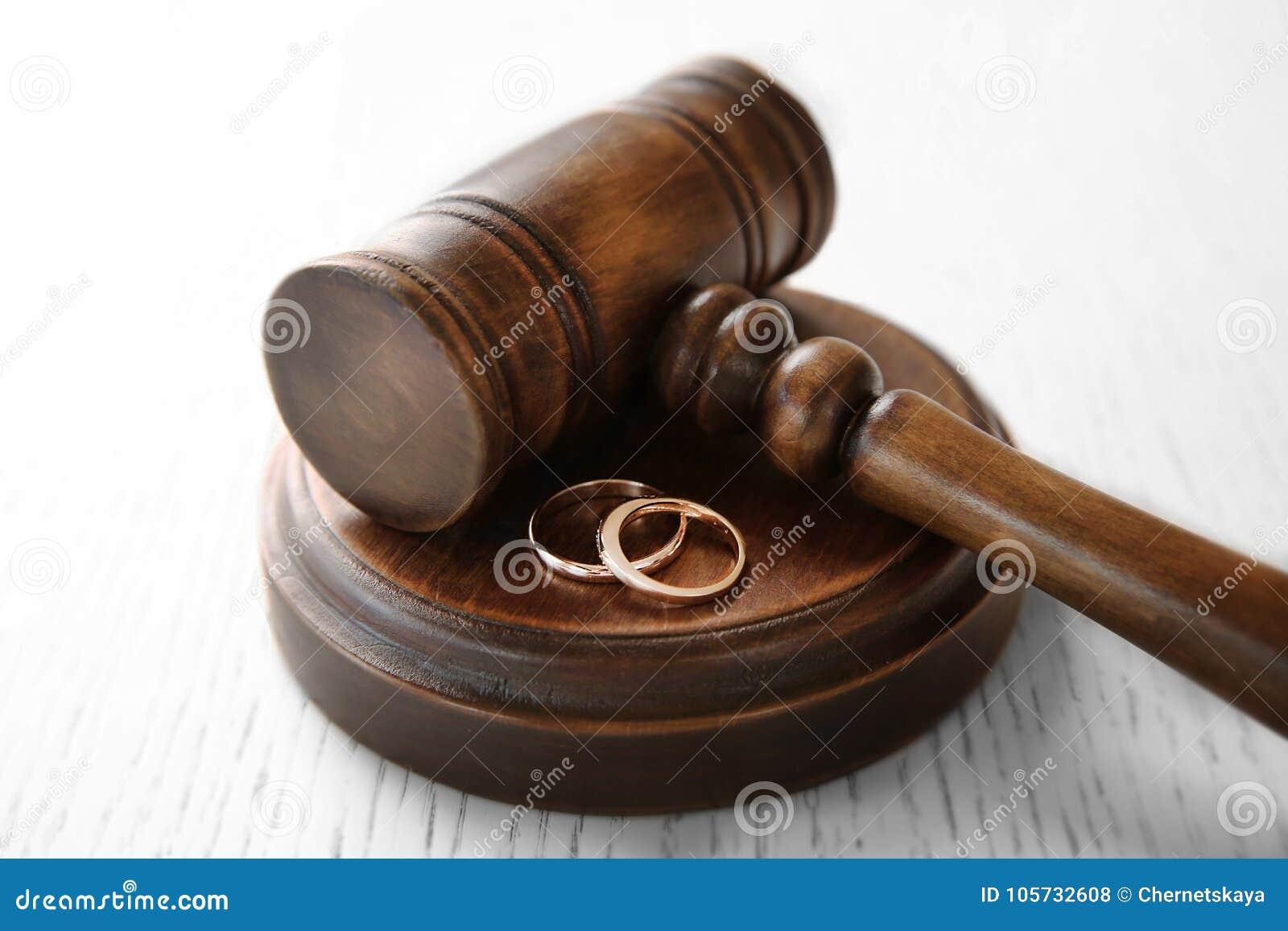 Gouden bruiloftringen met rechtershamer,