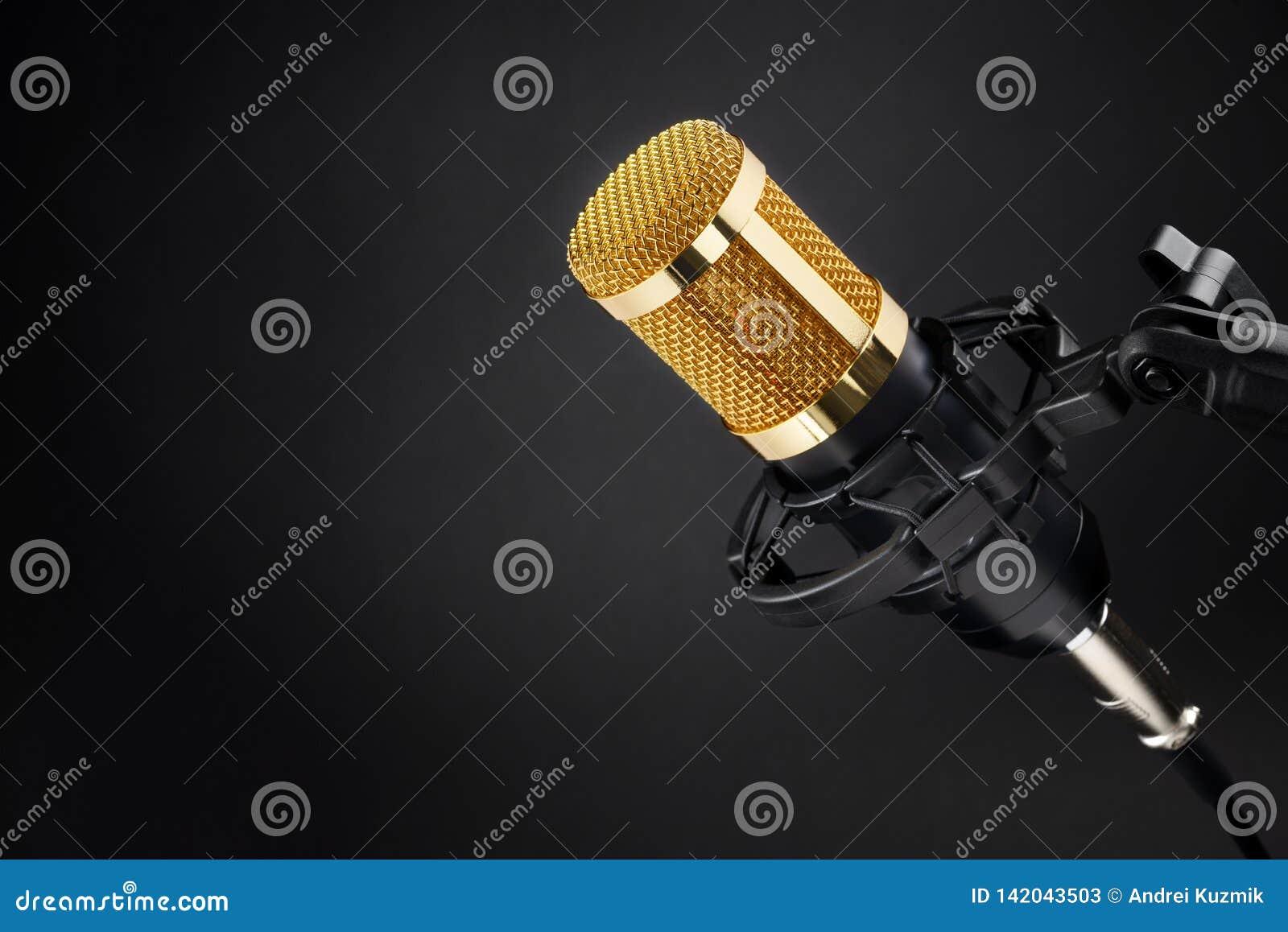 Gouden condensatormicrofoon op zwarte