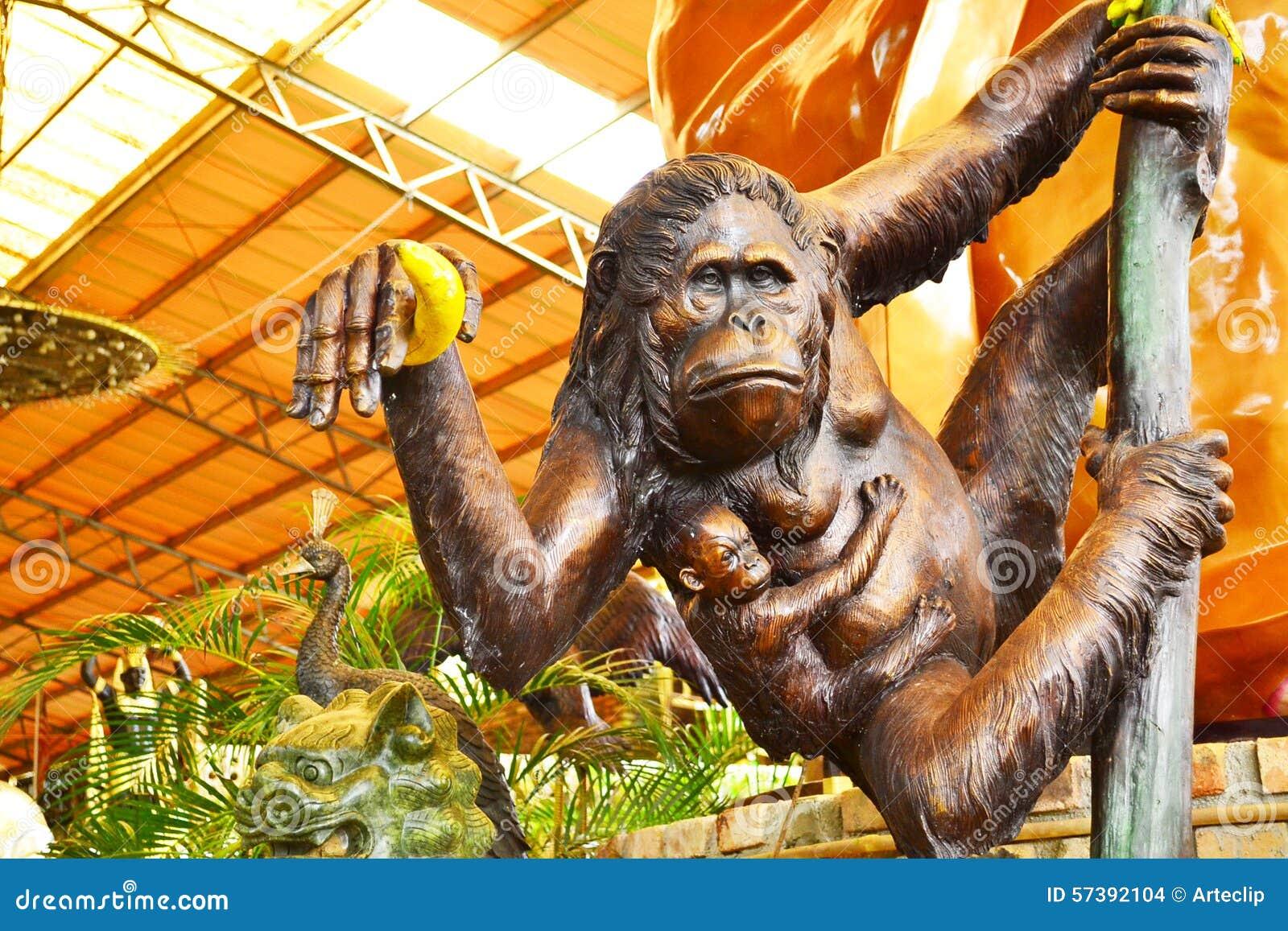 Gouden de holdingsbanaan van het aapstandbeeld