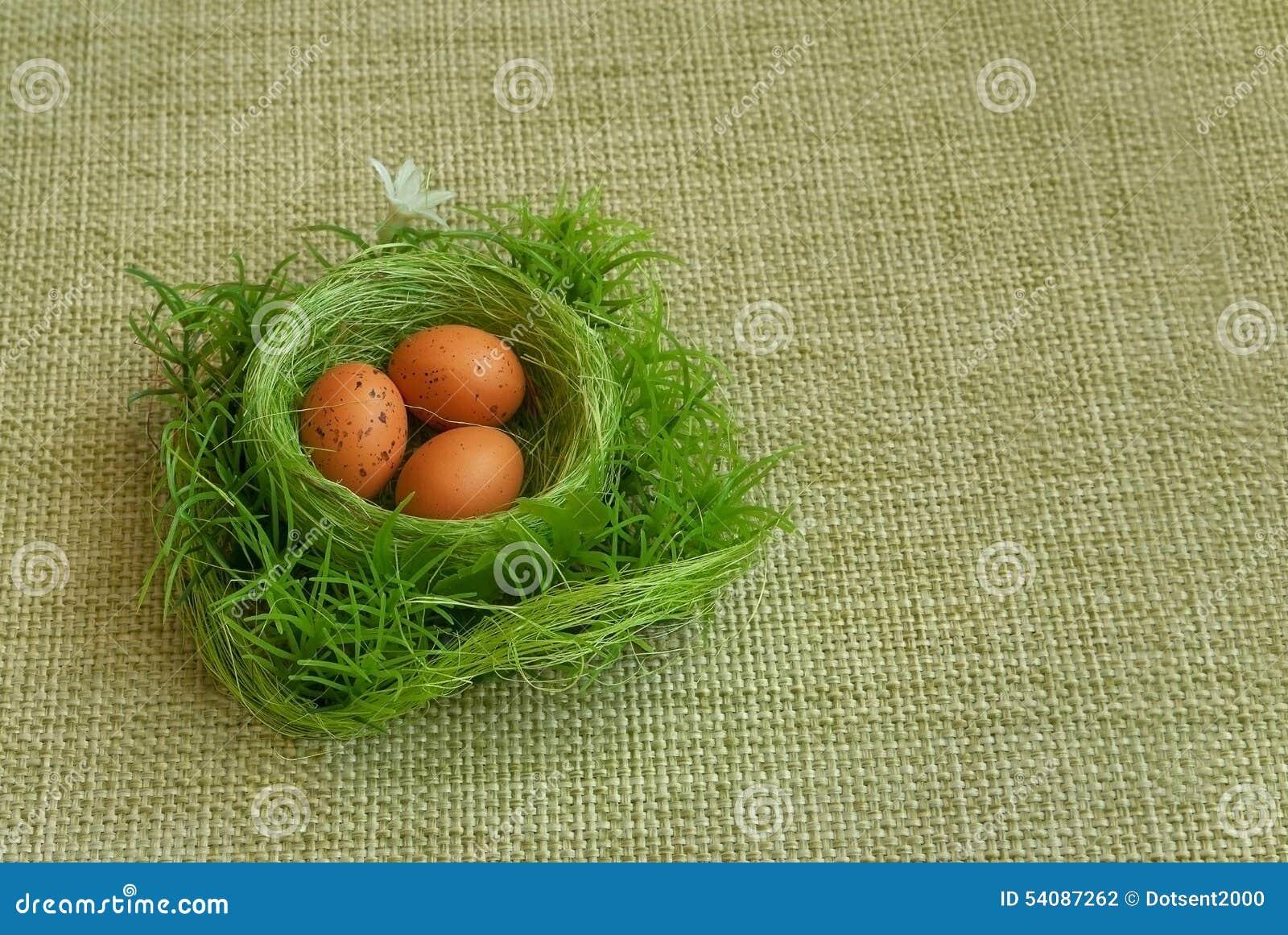 Gouden ei over groene gradiëntachtergrond