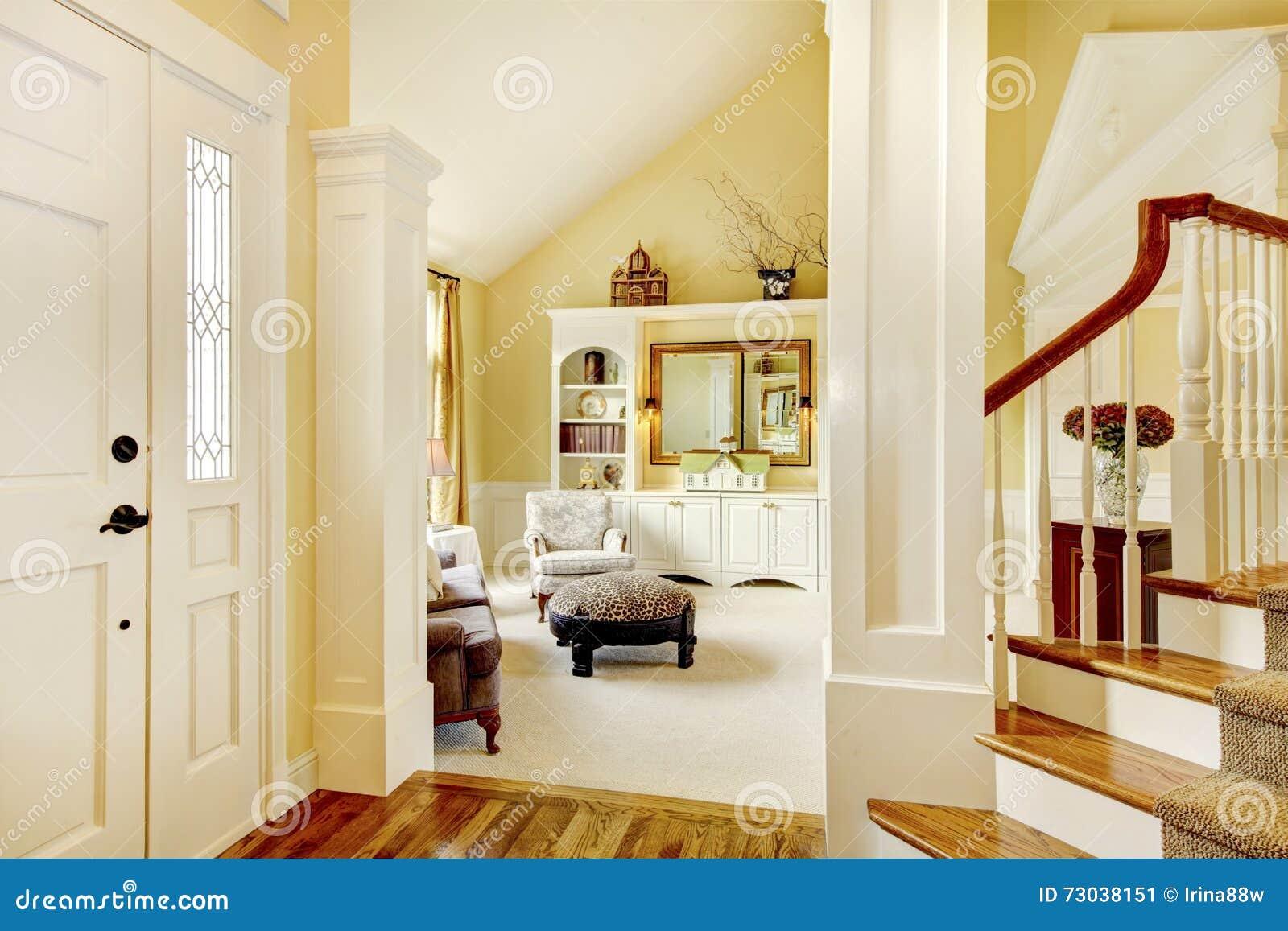 Tapijt Voor Gang : Gouden en witte gouden gang met beige tapijt kolommen en s stock