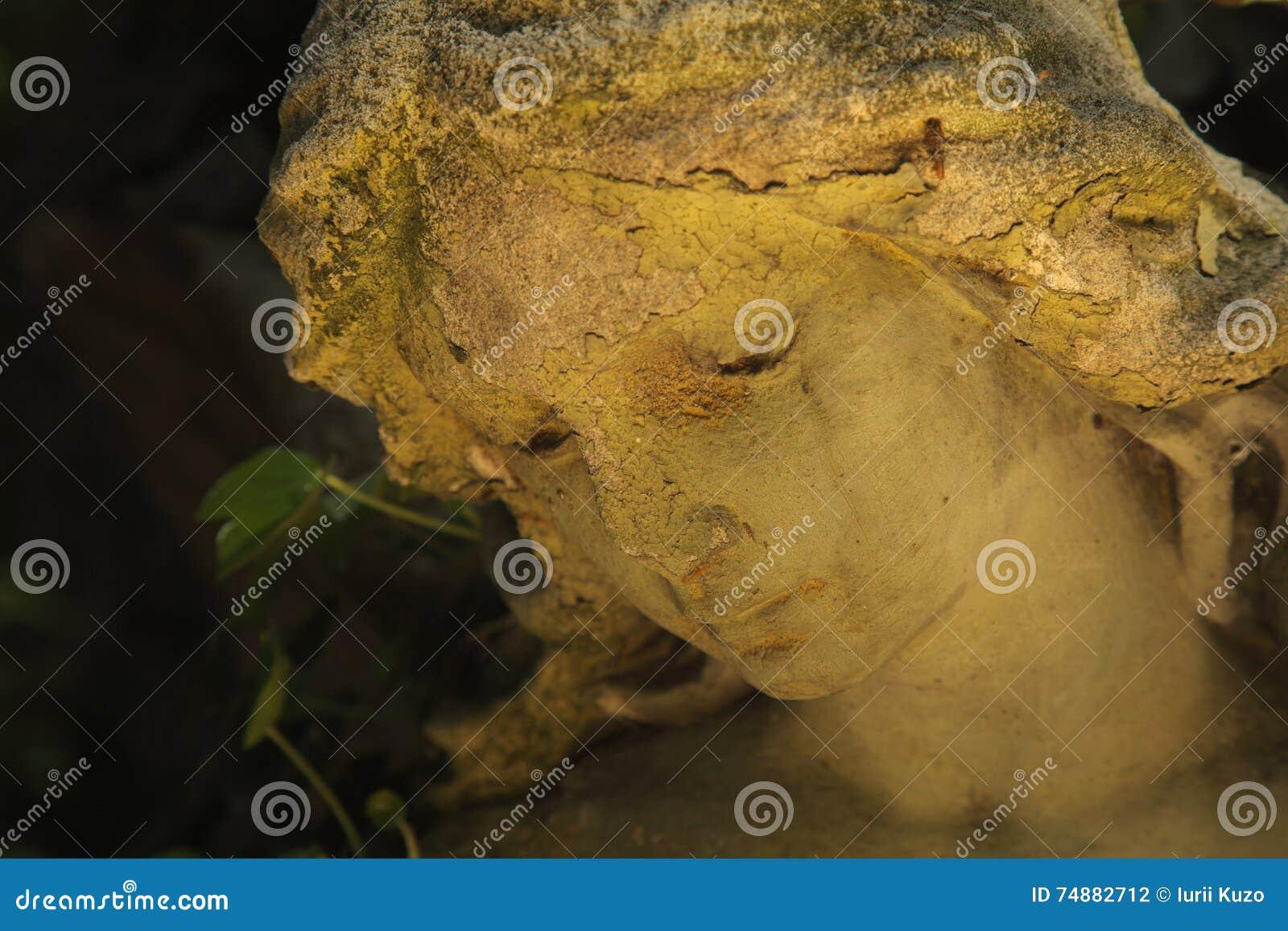 Gouden engel in het zonlicht (antiek standbeeld)