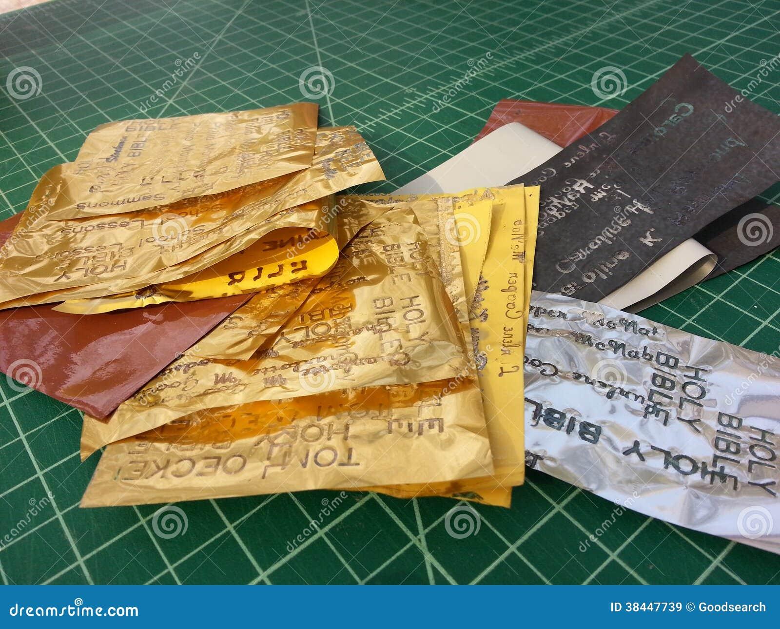 Gouden folie in de studio van de boekbinder