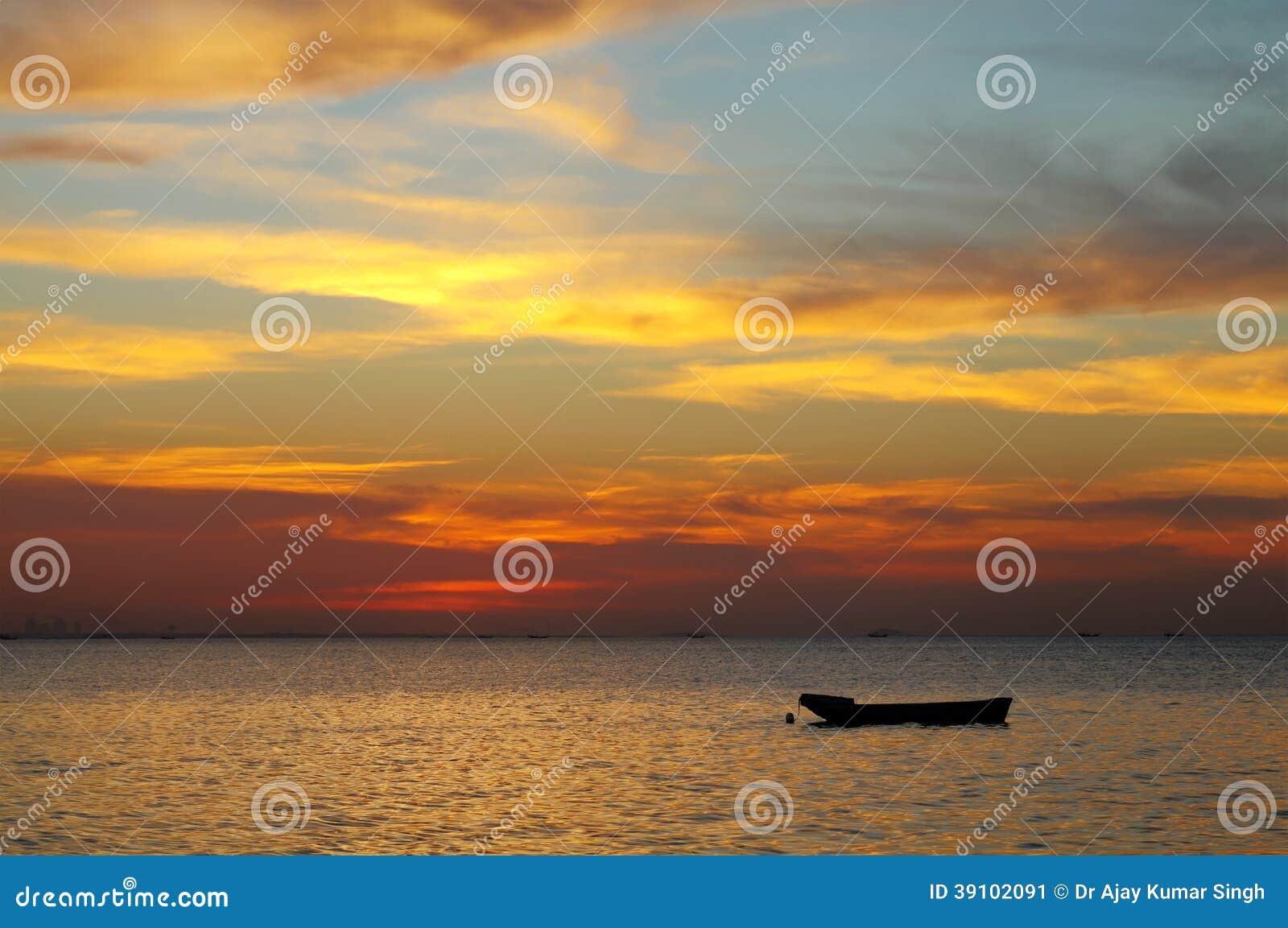 Gouden gele wolken tijdens zonsondergang, HDR-foto