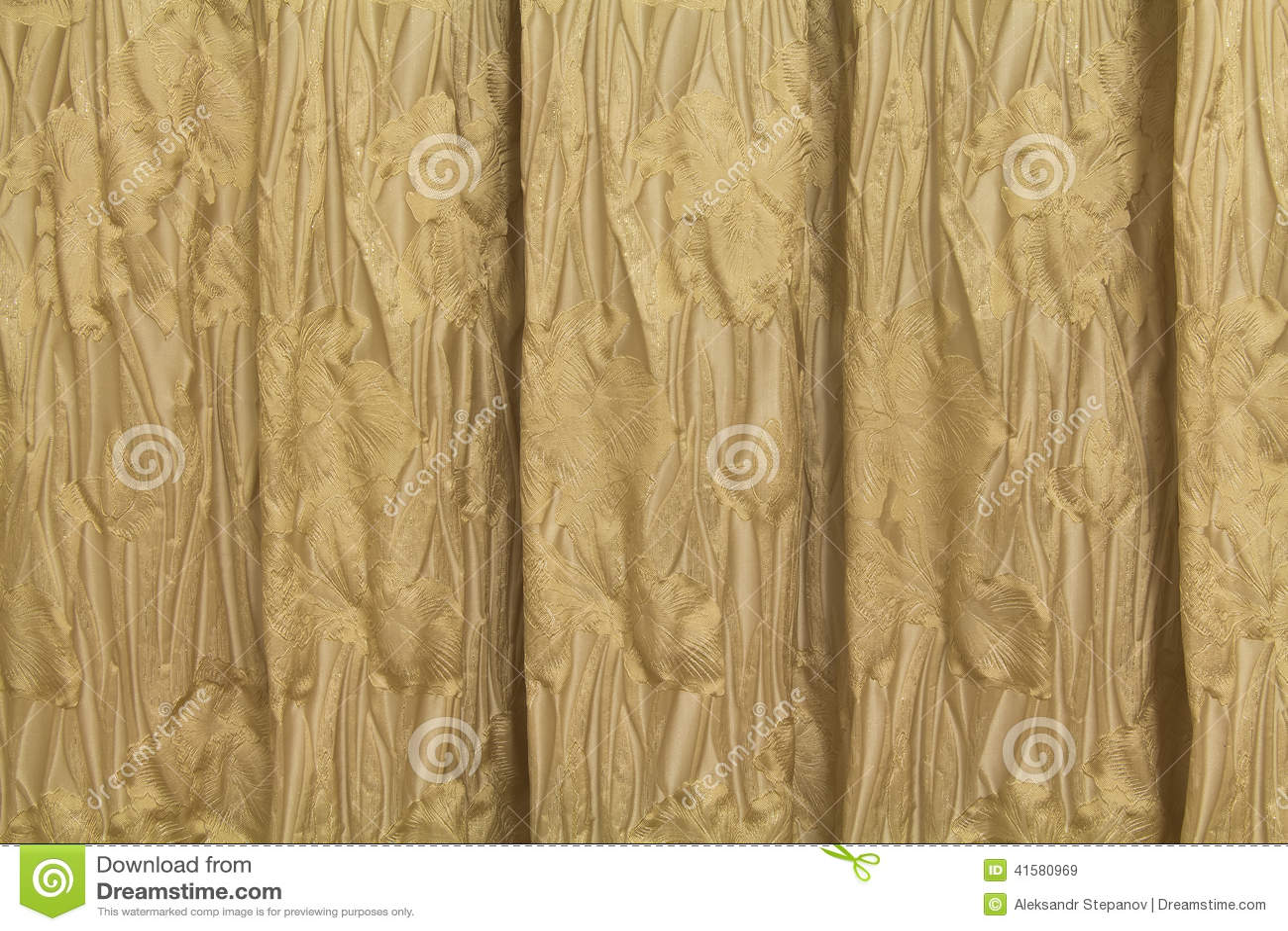 gouden gordijnen met een patroon in de vorm van bloemen