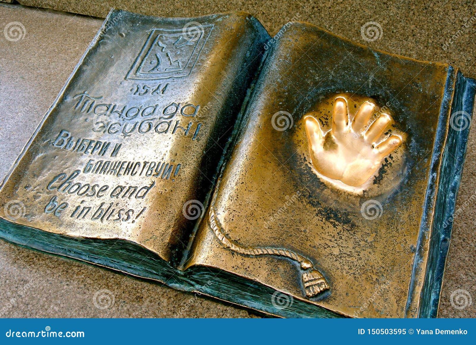 Gouden handprint op metaalmonument Vrijheid van keus Kazachstan,