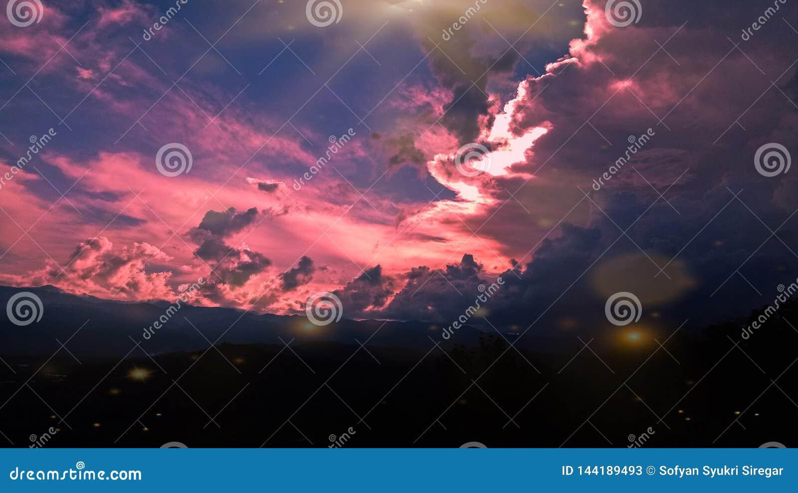 Gouden hemel met heuvel, bij het noordensumatera van padanglawas in Indonesië