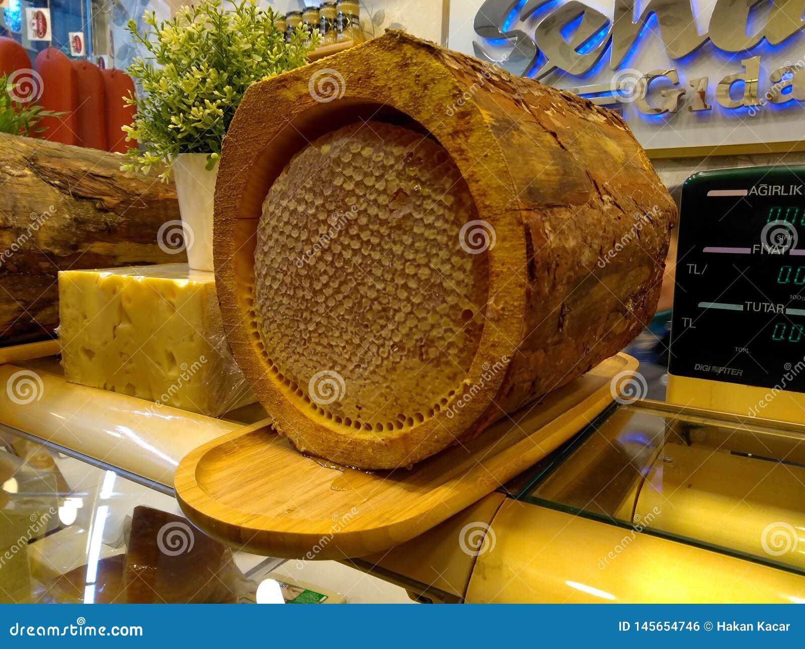 Gouden honing in boomschors, boomhoning