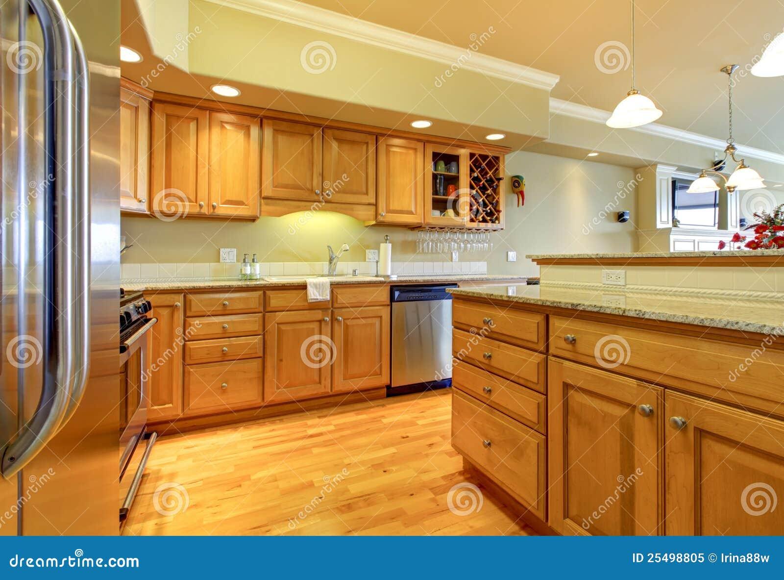 Gouden Houten Keuken Met Graniet Royalty-vrije Stock Foto ...