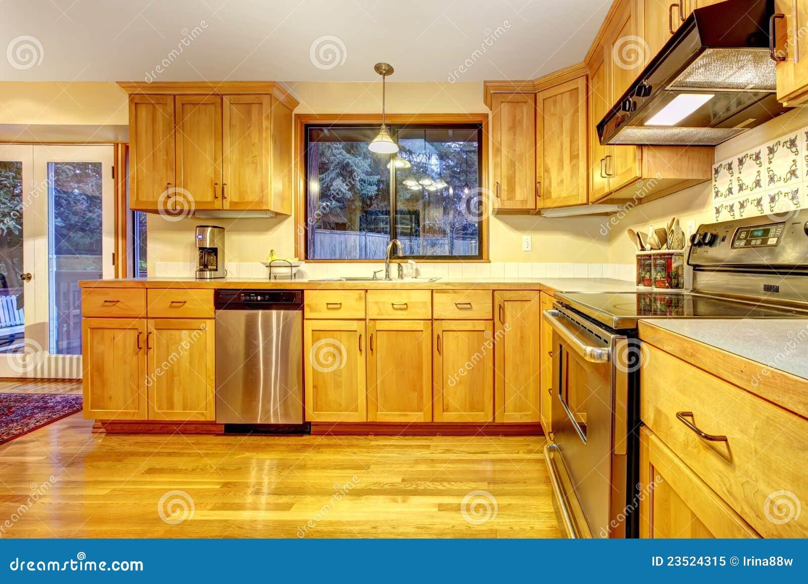 Gouden Houten Keuken Met Hardhoutvloer. Royalty-vrije Stock Foto ...